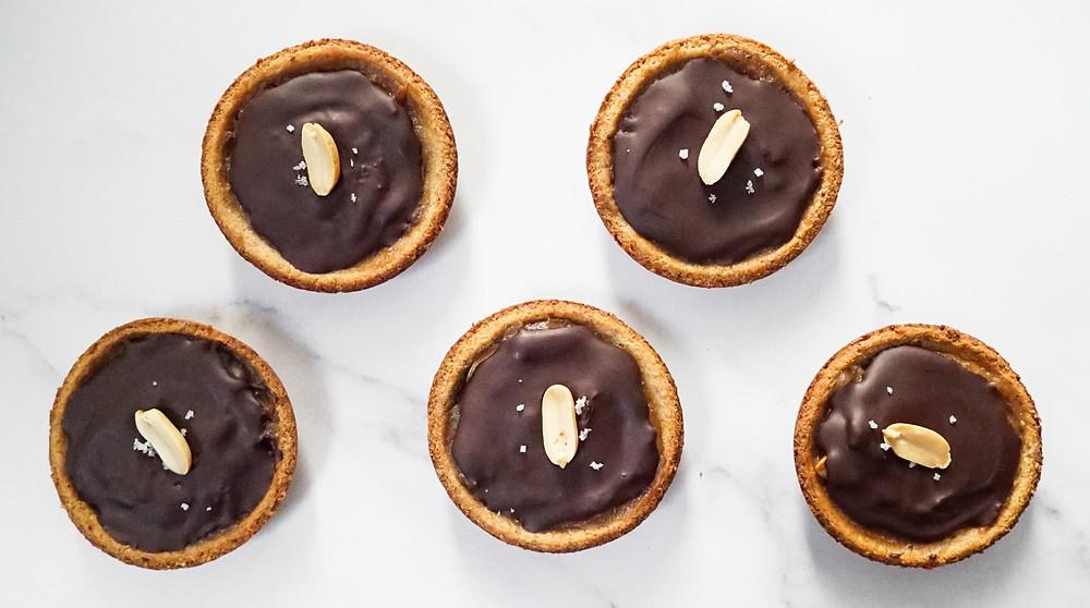 selbstgemachte Peanut Butter Caramel Cups mit Schokolade - vegan, glutenfrei und ohne Zucker