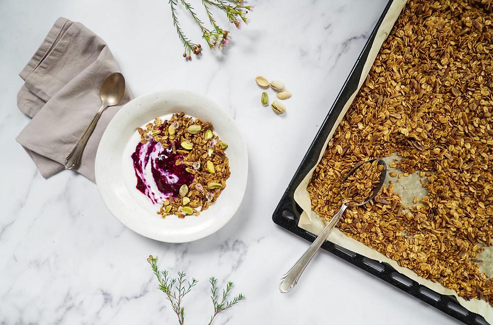 selbstgemachtes knuspriges Buchweizen-Granola - vegan, glutenfrei und ohne Zucker