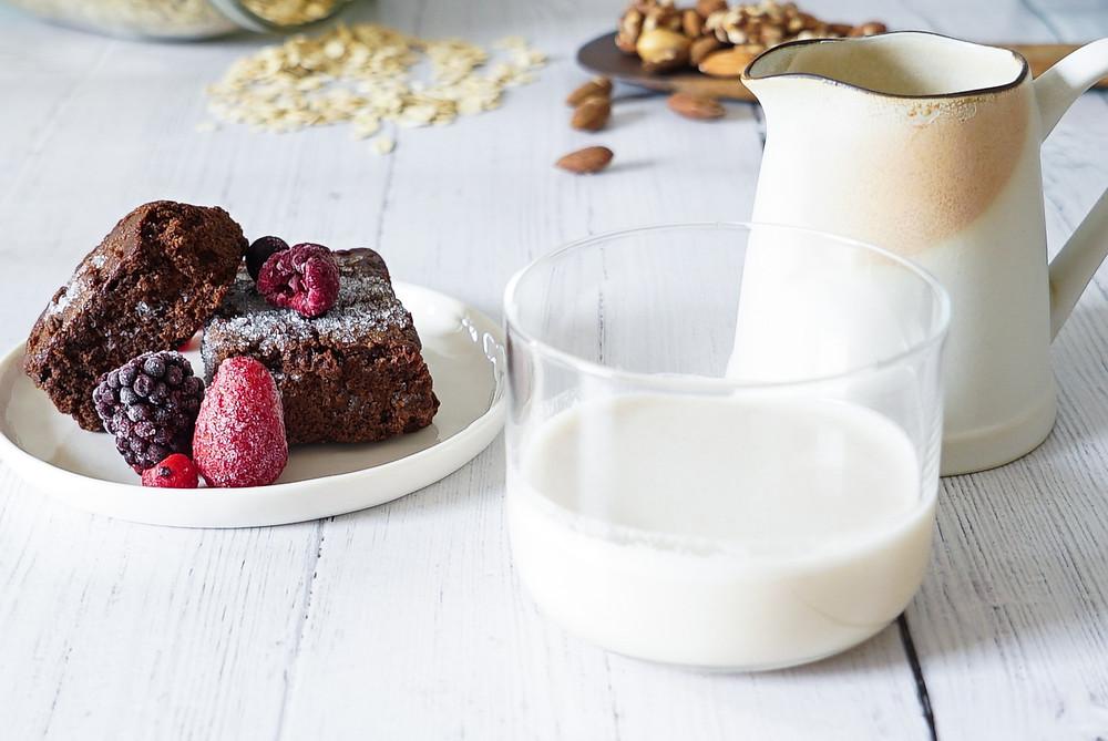 selbstgemachte pflanzliche Hafer-Nuss-Milch