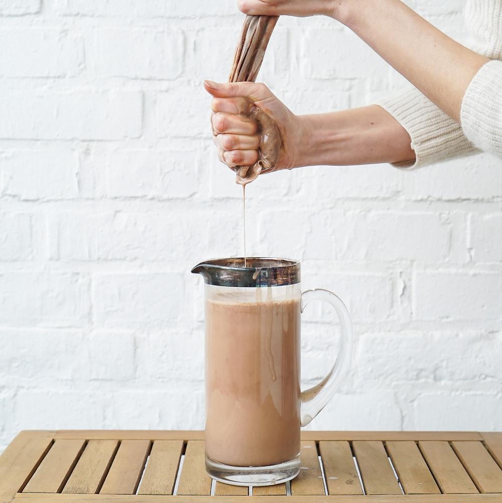 selbstgemachte gesunde Haselnuss-Schokoladen-Milch - vegan und ohne Zucker
