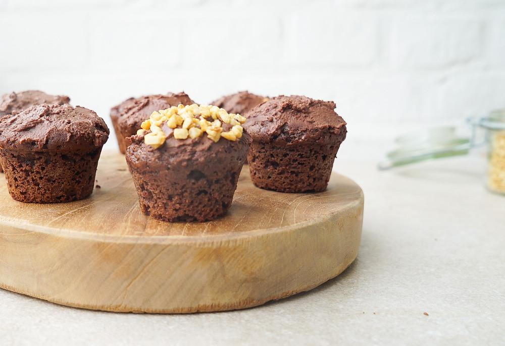 vegane Schoko-Haselnuss-Muffins aus vollwertigem Urgetreide mit einem cremigen Frosting