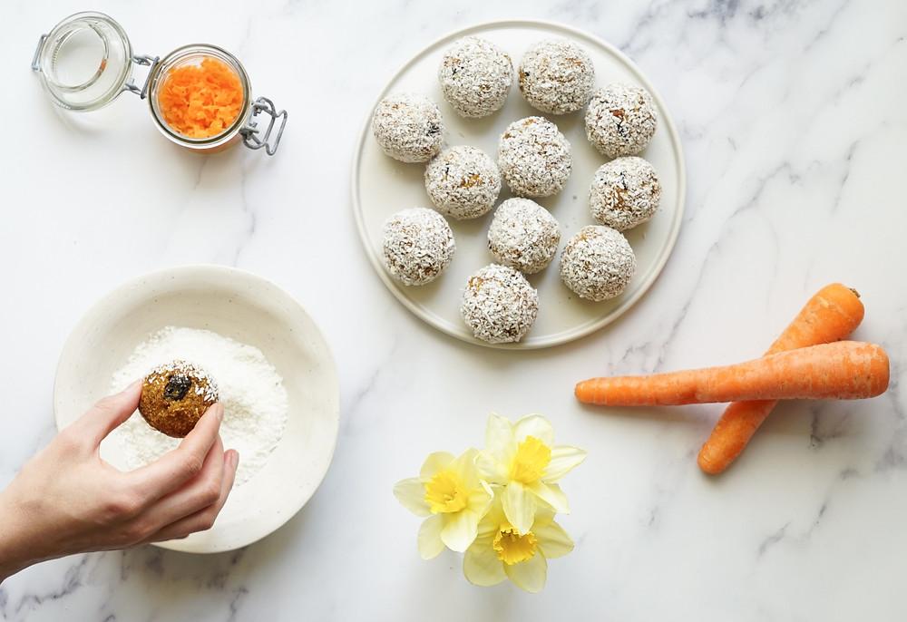 selbstgemachte süß-saftige Carrot Cake Energy Balls aus Datteln, Haferflocken, Nüssen, Karotte und Kokosraspeln - glutenfrei, vegan und ohne Zucker