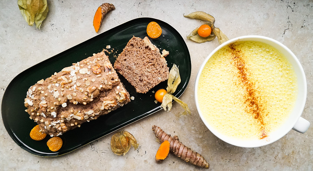 selbstgemachte Goldene Milch, Kurkuma-Latte oder Tumeric-Latte mit Bananenbrot