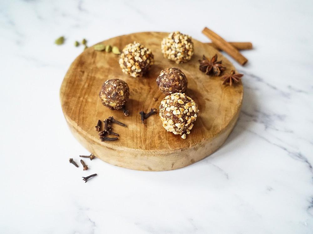 selbstgemachte weihnachtliche Energyballs aus Datteln, Haselnüssen, Kakao und Lebkuchengewürz