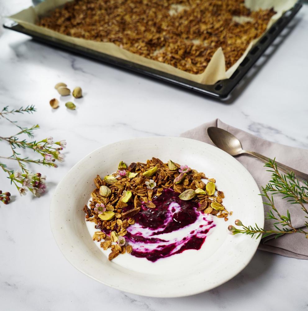Joghurt-Obst-Bowl mit einem selbstgemachten knusprigen Buchweizen-Granola - vegan, glutenfrei und ohne Zucker