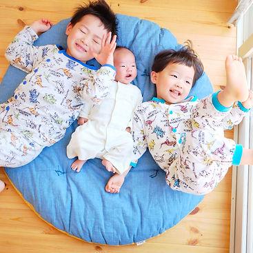 パジャマで失礼します。 一番下の子供の出産祝いで頂きました。眠たくなると、自分でせんべい座布団の所までずり這いして寝てます。