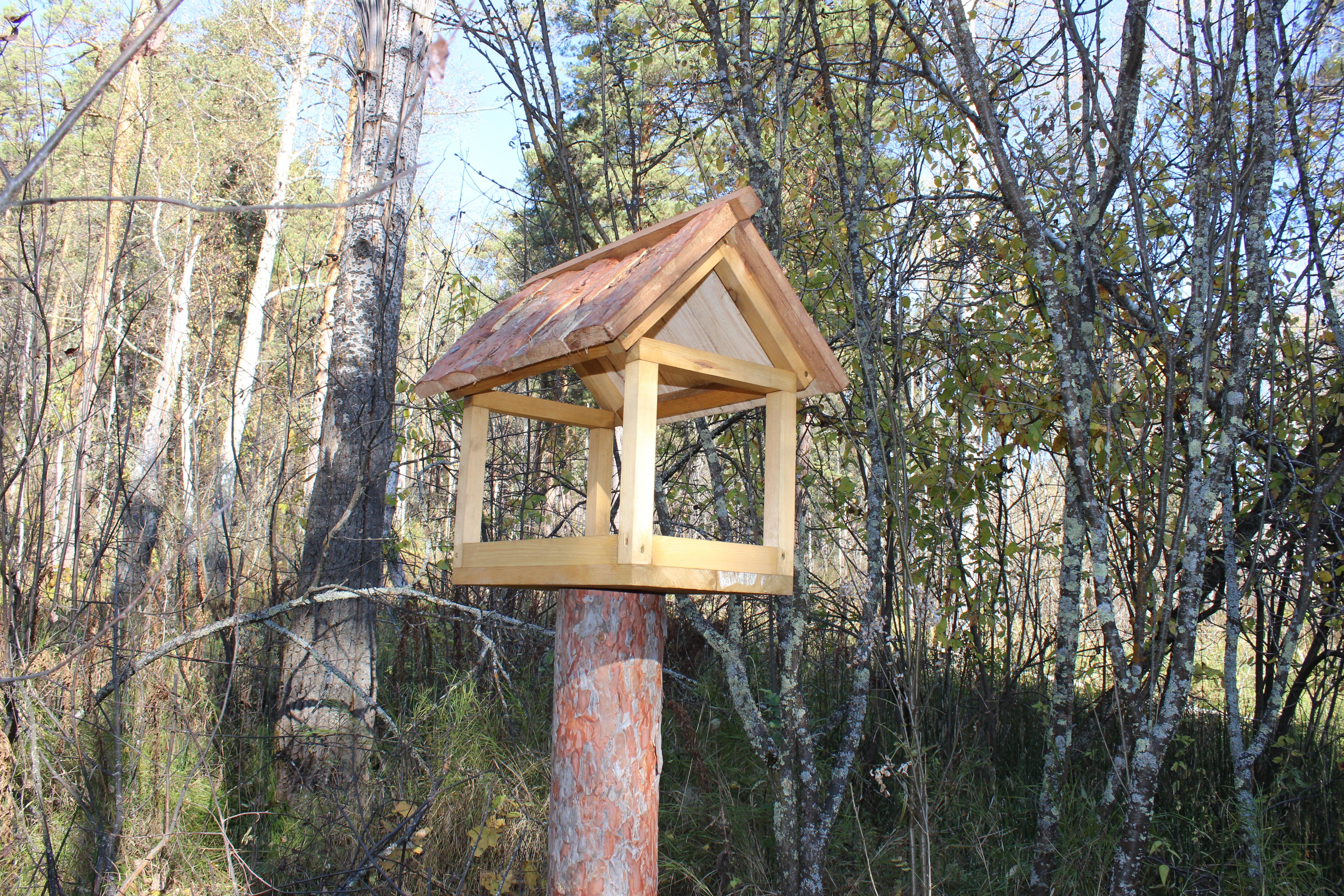 Кормушка для птиц и мелких животных