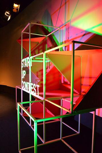 Phot d'une scénographie de scène d'auditorium, start up contest, acier et polystyrèn