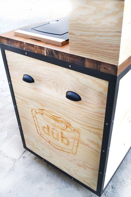 Photo des finitions du stand. Pirogravure laser du logo par le studio AA. Créateur d'objet sur mesure et d'identité forte.