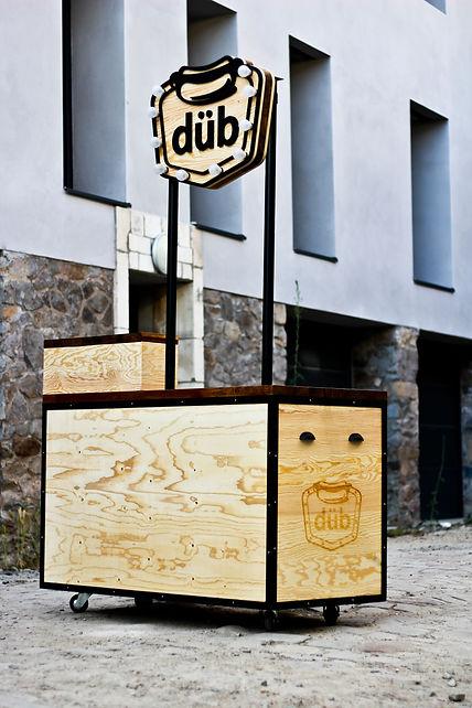 """Photo du food Cart """"Dub"""", Ce Stand de Hotdog est mobile et compacte."""