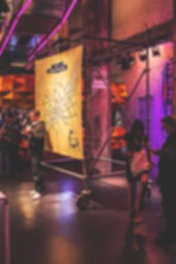 Structure en échafaudage et bache imprimé par le Studio AA Pour Meetup