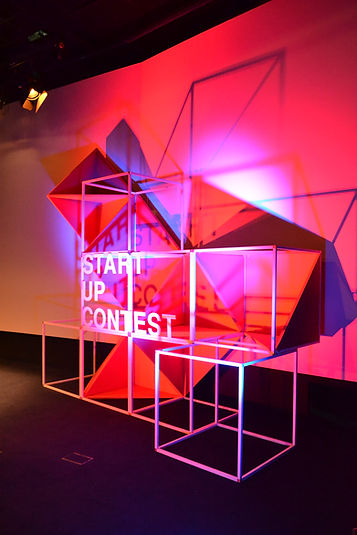 scénographie speetch cube en acier, forme géométrique, rouge et blanc