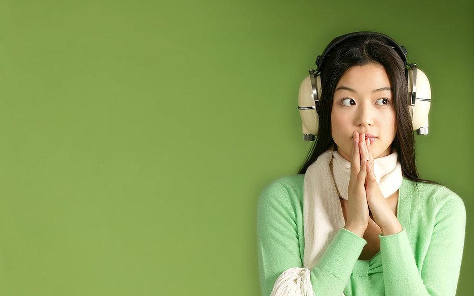 women-headphones_00319937.jpg