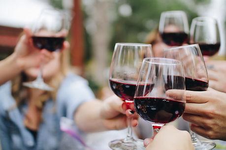 Brindar con copas de vino