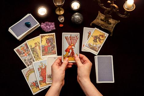 manos-mujer-cartas-tarot_67618-2633.jpg