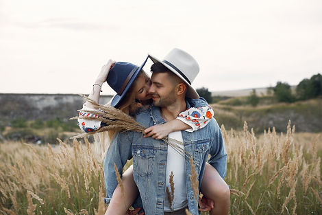 muy-bonita-pareja-campo-trigo_1157-26073