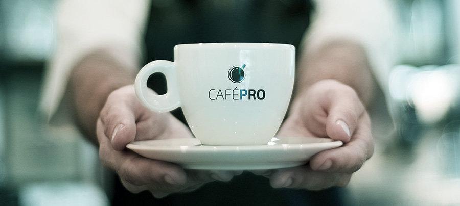 CAFÉPRO é uma metodologia de ensino a distância, focada na transformação pessoal das pessoas que são amantes de café, estimulando-as à prática, e a ampliação do conhecimento sobre temas ligados a essa cultura.  Isso significa que queremos fomentar e levar todas as informações da cadeia produtiva do café, desde a cultura lá no campo, onde é feito o trabalho duro dos agricultores, passando por todos os processos de beneficiamento, preparo, até chegar à sua xícara.  Uma ferramenta para você ser protagonista dessa cultura!   Aqui, a gente vai disponibilizar formação e informação a todos, de forma acessível, para que profissionais e consumidores, se qualifiquem cada vez mais, e assim possamos ter um mercado de qualidade, de alto nível!