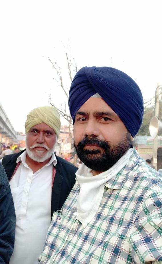 Jaswinder Singh mit einem weiteren Demonstranten bei den Bauernprotesten in Neu-Delhi.