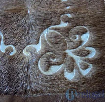grabado en alfombra de cuero detalle