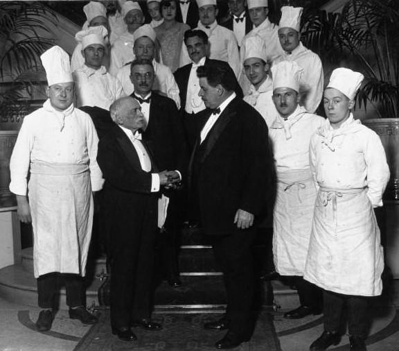 Auguste Escoffier al centro a la izquierda con Édouard Herriot y su brigada de cocineros