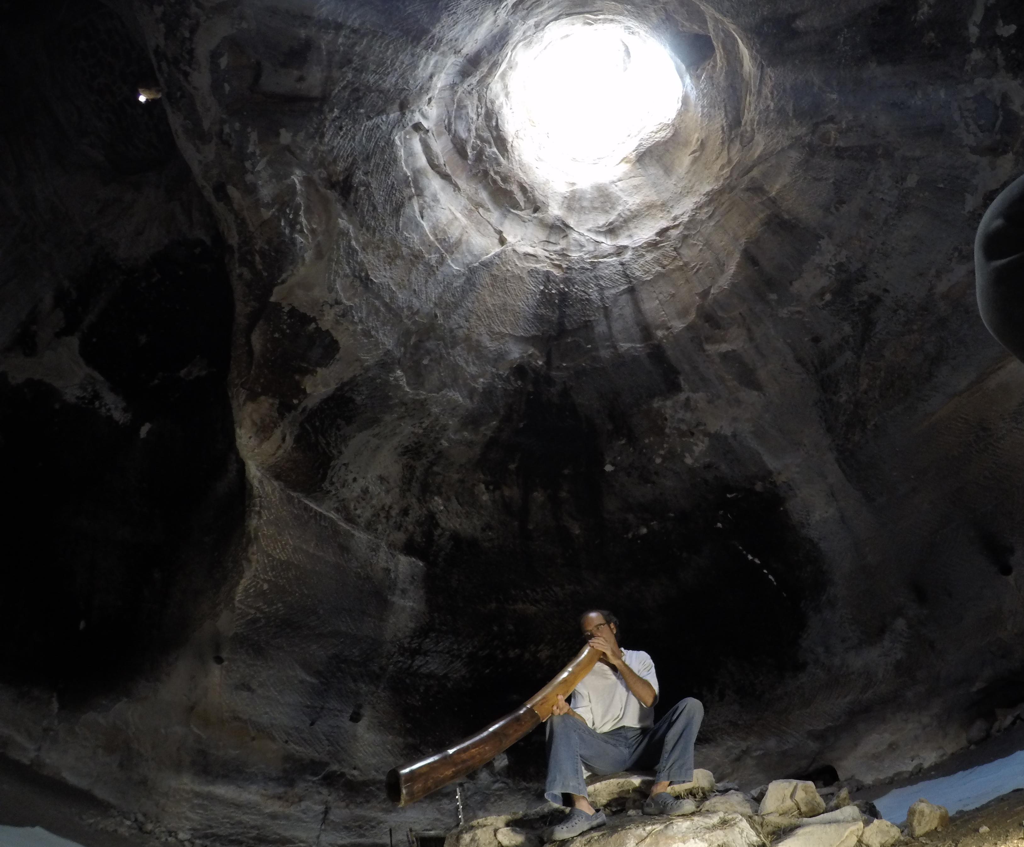 דיג'רידו אוסטרלי בסדנה בתוך המערה