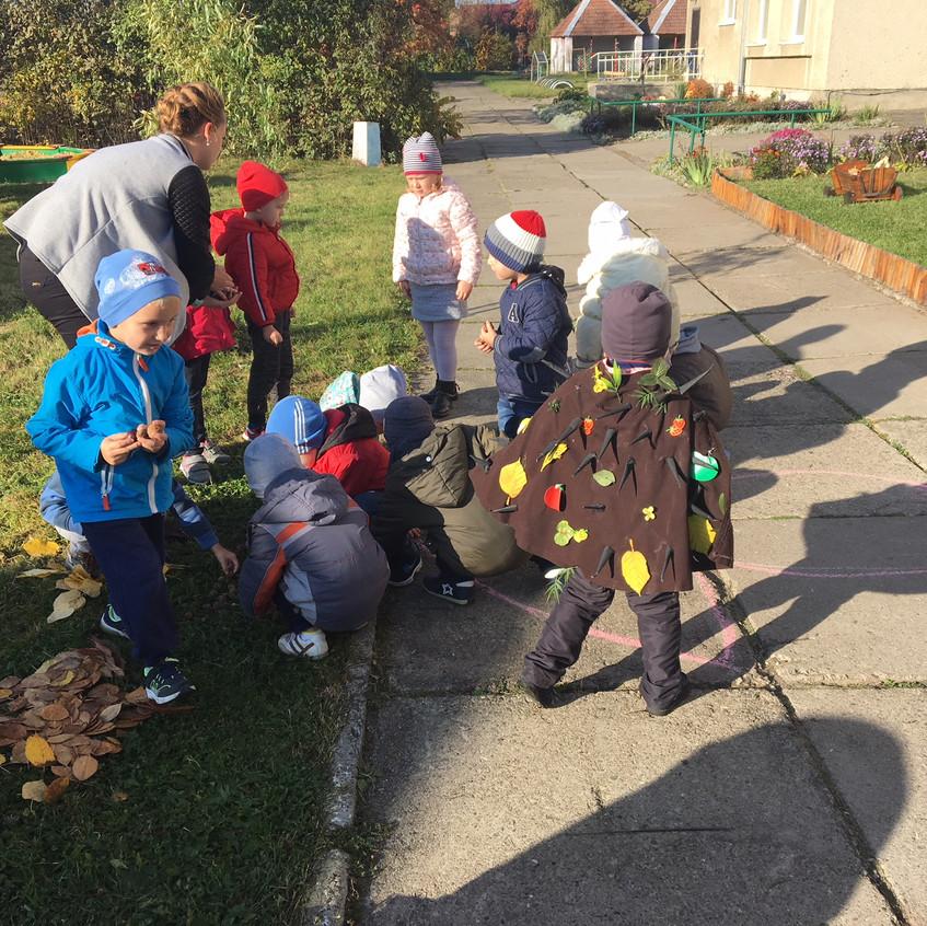 Щоб закріпити почуте і побачене діти викладають грибочок для їжачка з природнього матеріалу