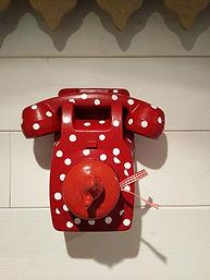 téléphone rouge à petits pois
