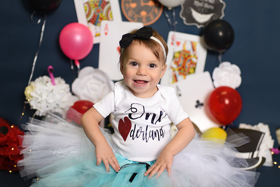 Milena turns ONE. Alice in Wonderland Smash Cake Session