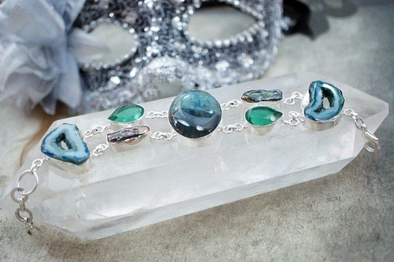 the happy healing shop  how to use crystals gems on a quartz stone