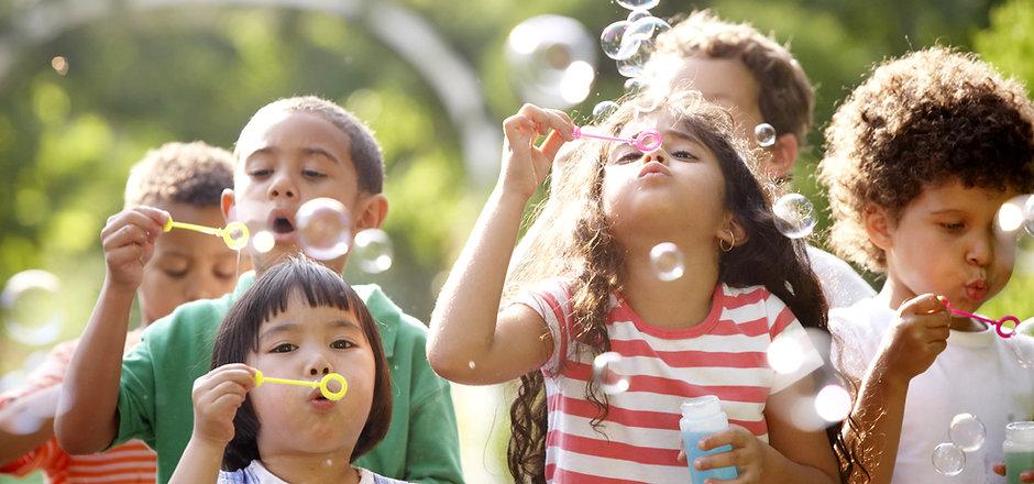 Kinder Blowing Bubbles