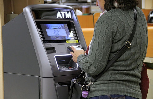 woman-using-atm_t20_goBo9N.jpg