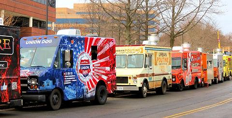 never-ending-line-of-food-trucks_t20_3er