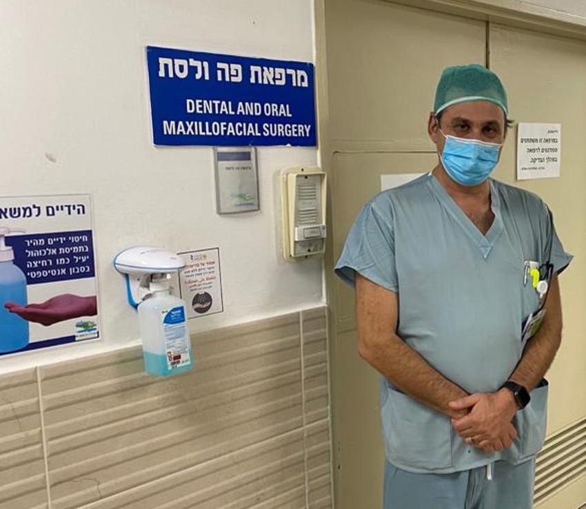 Roisentul en la entrada del consultorio donde opera a los pacientes en el hospital Ziv.