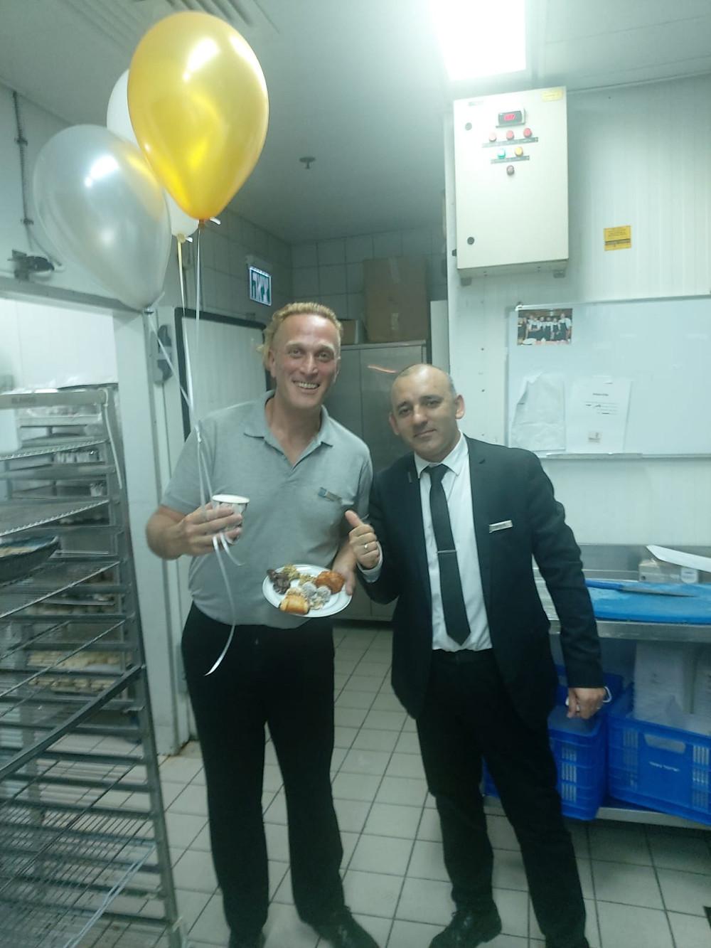 Javo en su primer cumpleaños en Israel, junto al Sr. Misha, Jefe del Servicio de Desayuno del Hotel Royal Beach. Año 2021. Foto: cedida por el entrevistado.