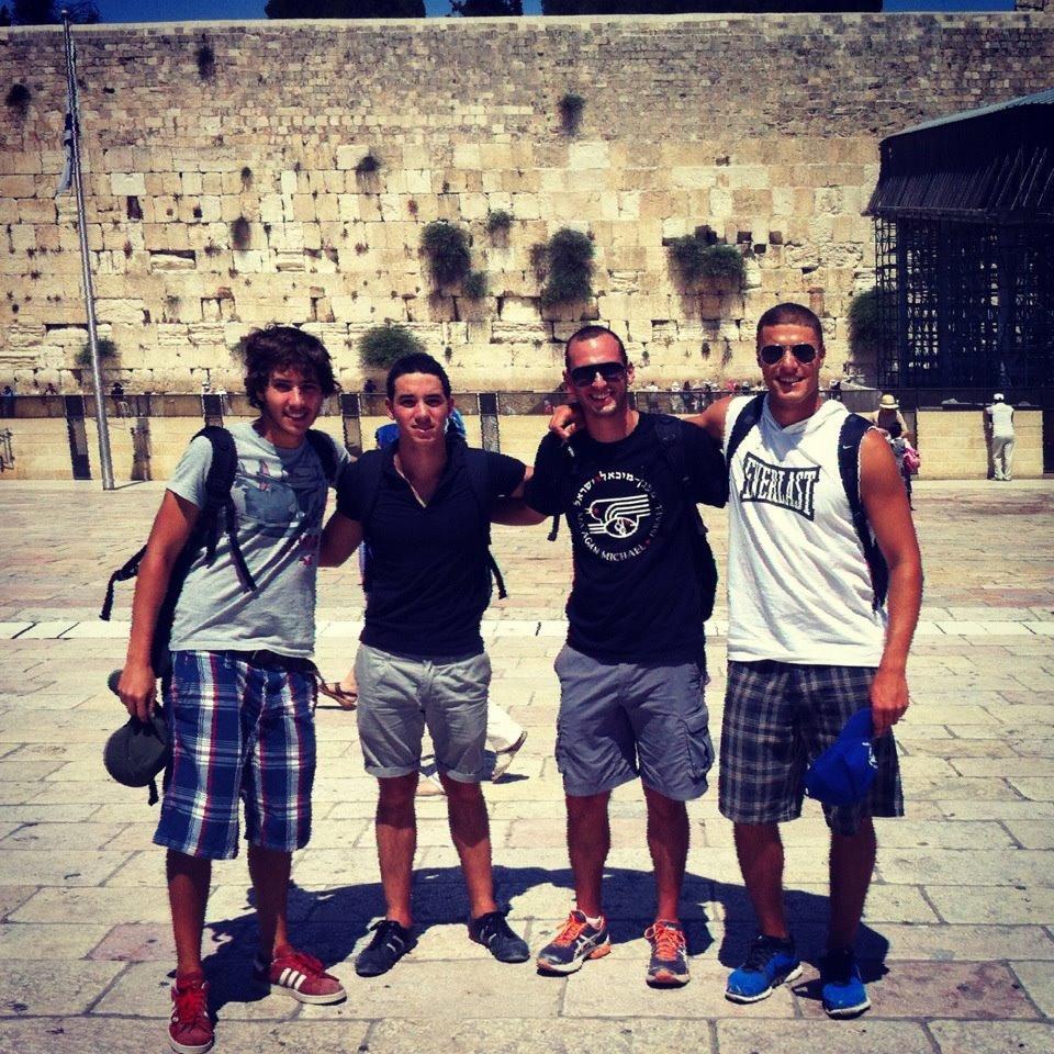 Gabriel con amigos del Ulpán en el Kotel, en Jerusalem.