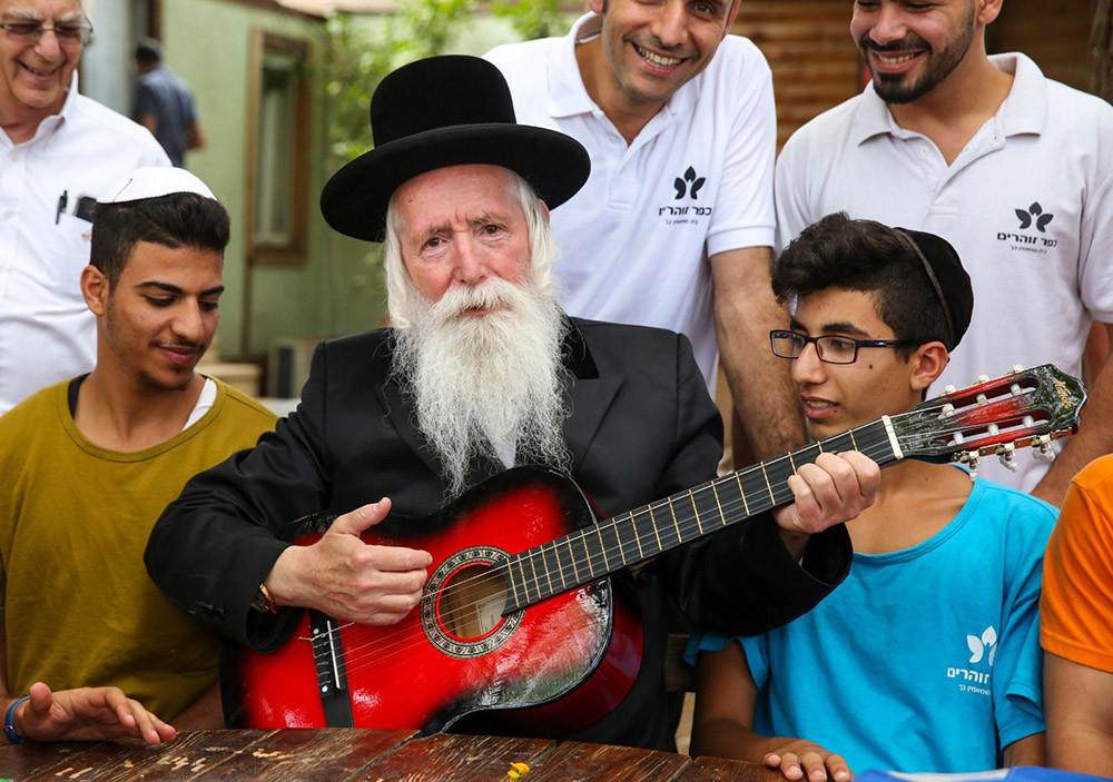 El rabino Yitzhak David Grossman con estudiantes de la Aldea Agrícola Terapeútica Zoharim. Foto: cedida por el entrevistado