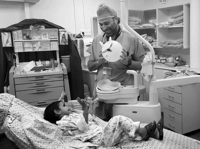 El Dr. Roisentul atendiendo a un niño sirio en el Centro Médico Ziv