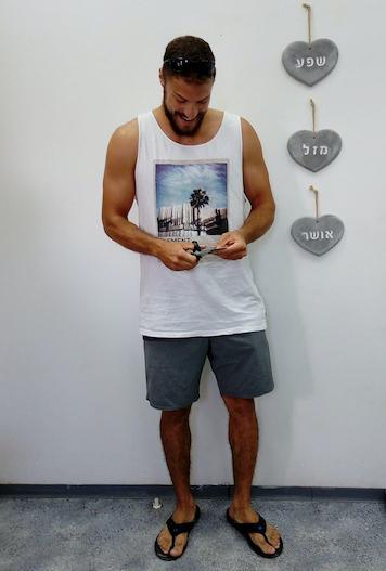 Gabriel cortando su tarjeta de identidad de las FDI tras liberarse del ejército.