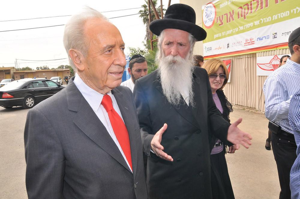El Rabino Yitzhak David Grossman junto al ex presidente de Israel, Sr. Shimon Peres. Foto: cedida por el entrevistado.
