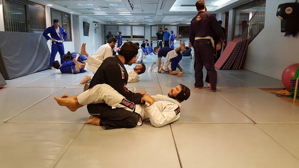 Gabriel Sklar (abajo, de blanco) en un entrenamiento de artes marciales. Foto cedida por el entrevistado.