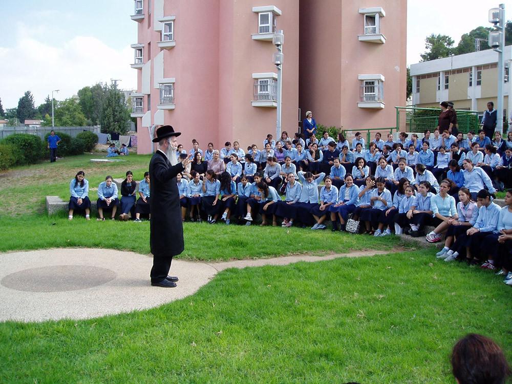 Con alumnas del internado. Foto cedida por el entrevistado.