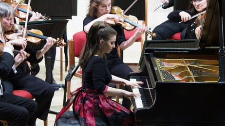 Lara Melda performs with the Northern Chamber Orchestra
