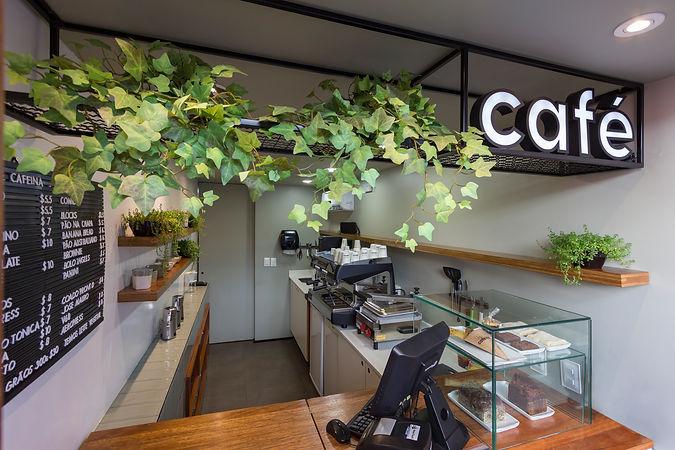 Estrutura metálica com luminoso Café