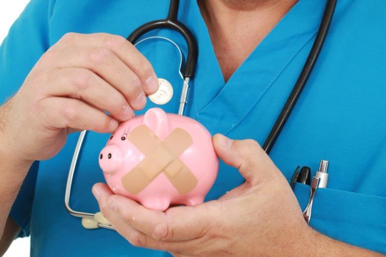 médico com um cofrinho na  mão