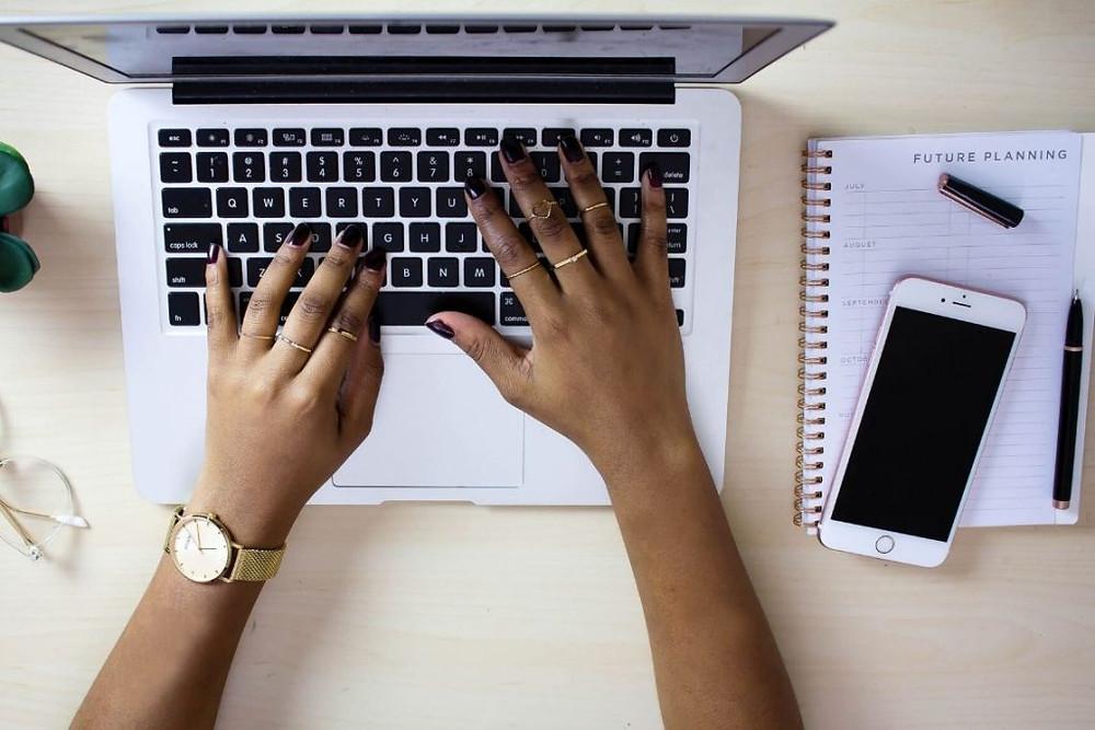 mãos de mulher digitando no notebook