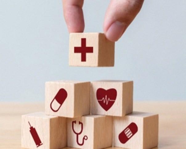 cubos de madeira com símbolos de saúde
