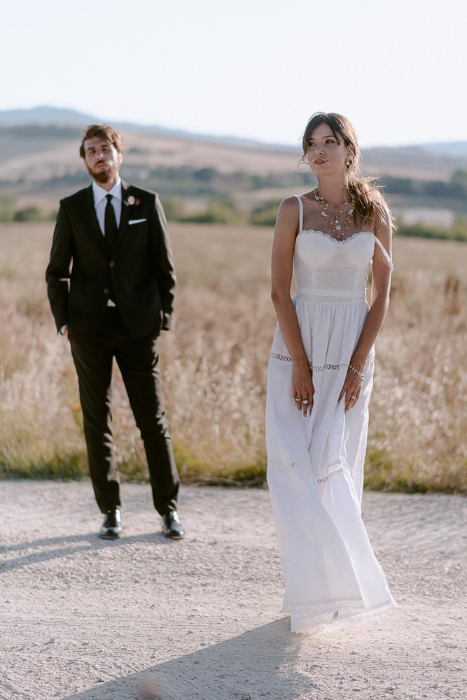 abito bianco in organza di cotone e merletti, ideale per la festa di fidanzamento, creato da Andreia Cruz a Firenze