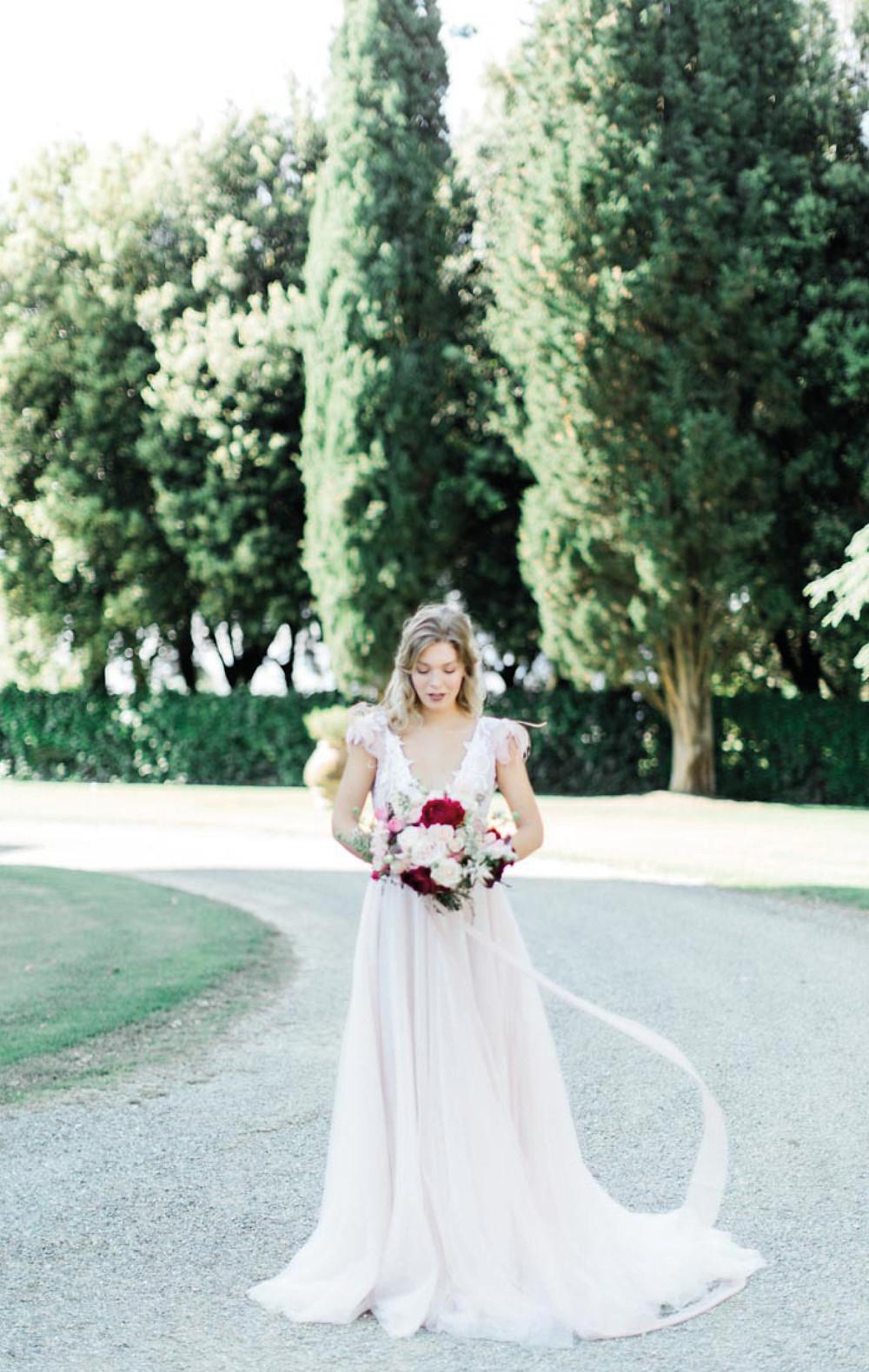 abito da sposa ispirato alla favola di Shakespeare, sogno di una notte di mezza estate in Toscana