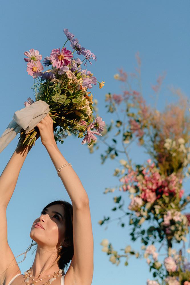 proposta di matrimonio nella campagna toscana, con abito in organza di cotone, realizzato a mano a Firenze da Andreia Cruz
