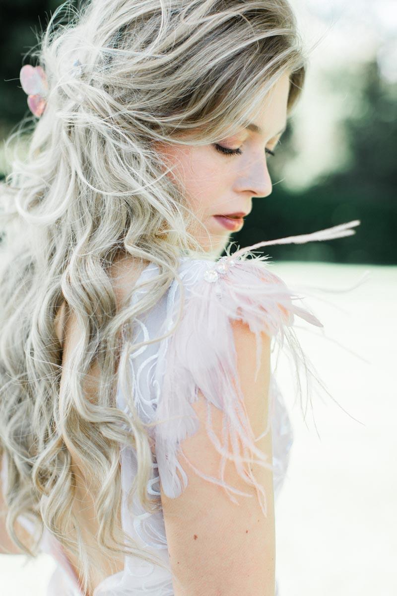 abito da sposa con dettagli in piume, interamente realizzato a mano a Firenze da Andreia Cruz